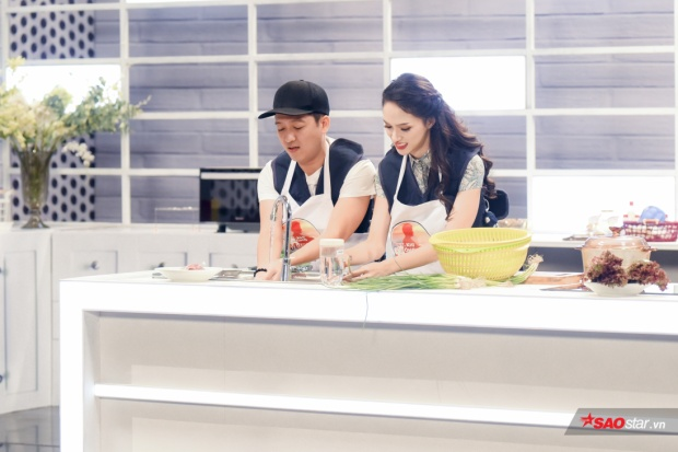 Trong khi Trường Giang tất tả nấu ăn thì Hương Giang lại mất thời gian vì không biết chọn rổ xanh hay rổ vàng.