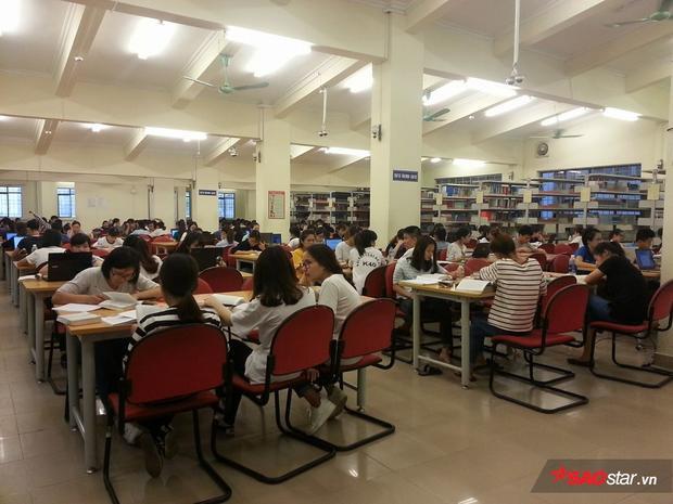 Sinh viên mang sách đến thư viện để ôn thi…