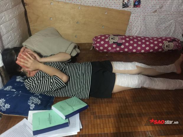 Sinh viên đi ngủ trong tình trạng khắp cơ thể phủ toàn khăn ướt.