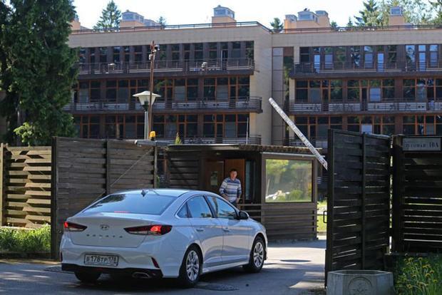 Cổng vào khách sạn ForRestMix khiến nhiều người cảm thấy như vào nhà tù.