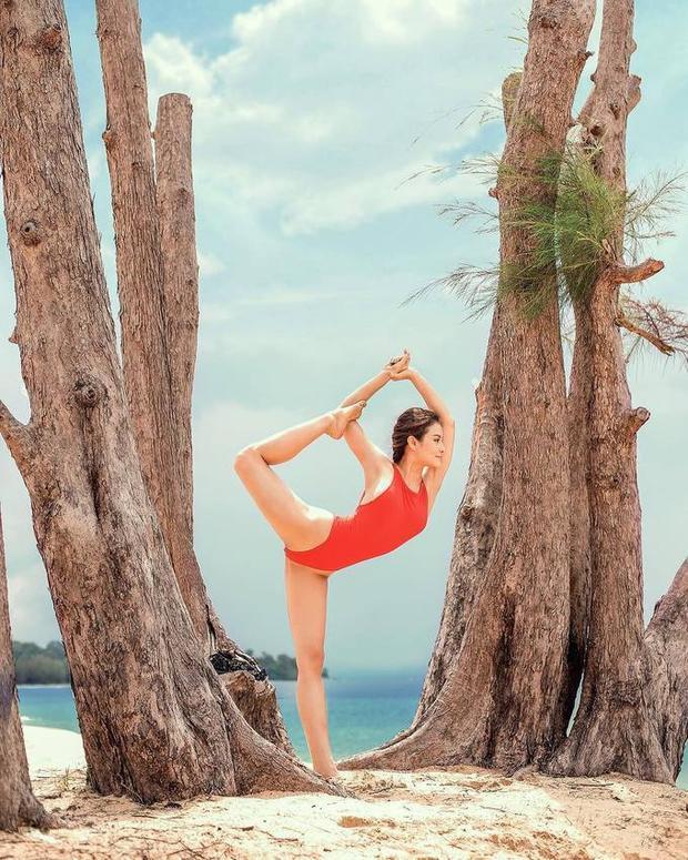 Phương Trinh Jolie có thói quen tập yoga mọi nơi mọi lúc. Nữ diễn viên cho biết sau 3 năm khổ luyện, không chỉ vóc dáng mà ngay cả sức khỏe của cô cũng được cải thiện rõ rệt, không còn đau bao tử, ít ốm vặt.