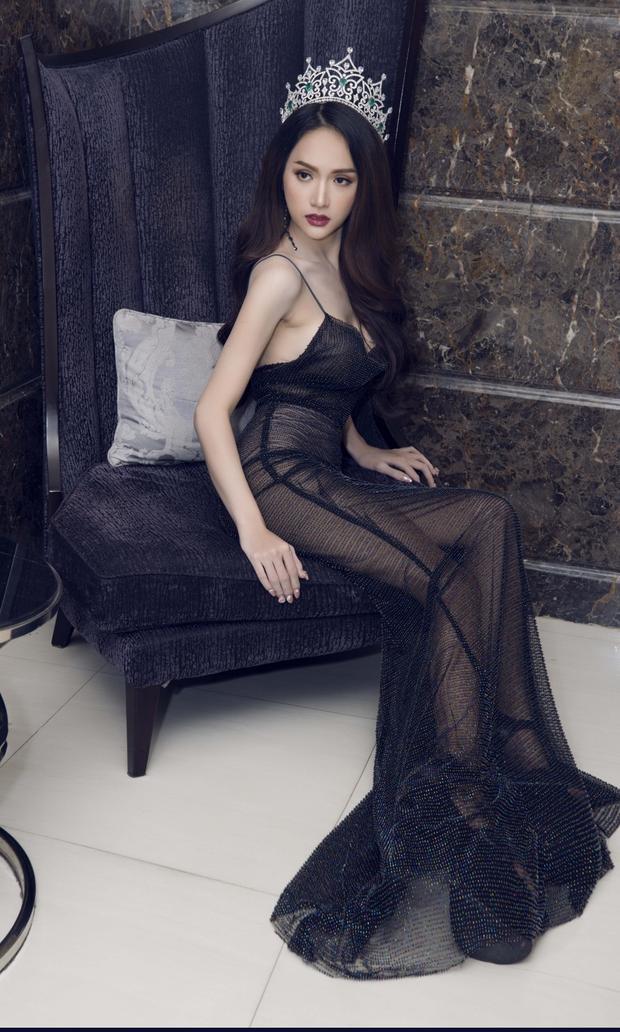 """Điểm nhấn của thiết kế là chất liệu mỏng, không quá sa đà vào đính kết, tạo sự nhẹ nhàng, thanh thoát. Sau 4 tháng đăng quang Hoa hậu chuyển giới, Hương Giang có sự """"lên tay"""" rõ rệt phong cách thời trang của mình."""