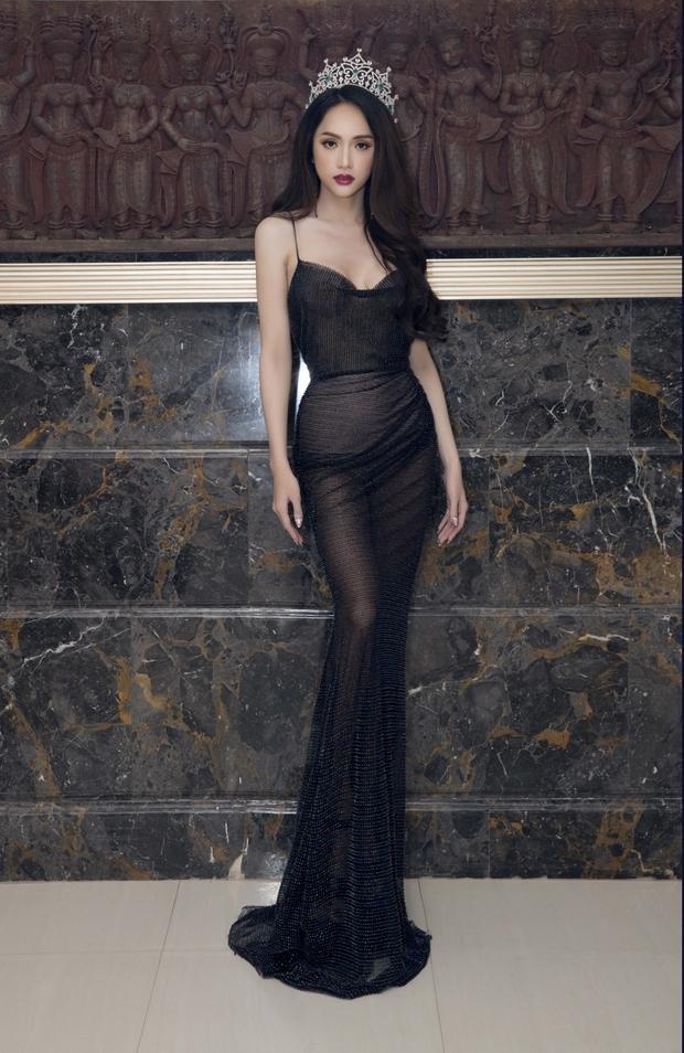 Khoác lên mình bộ váy đen của NTKĐỗ Long,Hương Giangthật sự trở thành tâm điểm của sự kiện tại đất nước Chùa vàng xinh đẹp.
