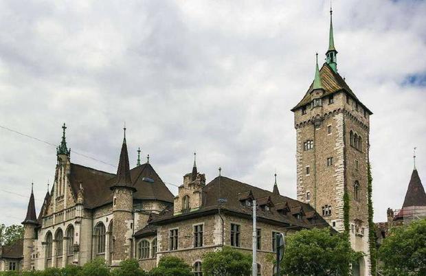Zürich sở hữu nhiều kiến trúc châu Âu cổ kính, hấp dẫn nhiều du khách nước ngoài.
