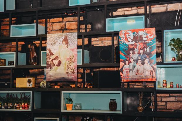 """Không gian """"đậm chất riêng"""" với những tấm poster hay bộ phim từng làm """"dậy sóng"""" các tín đồ phim Hoa ngữ."""
