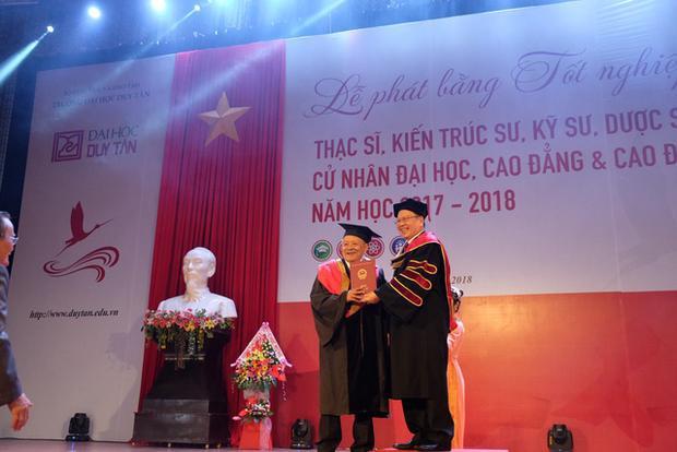 Khoảnh khắc đáng nhớ đối với cụ Thiệt trong lễ phát bằng tốt nghiệp năm học 2018 - 2019 của ĐH Duy Tân (Đà Nẵng)