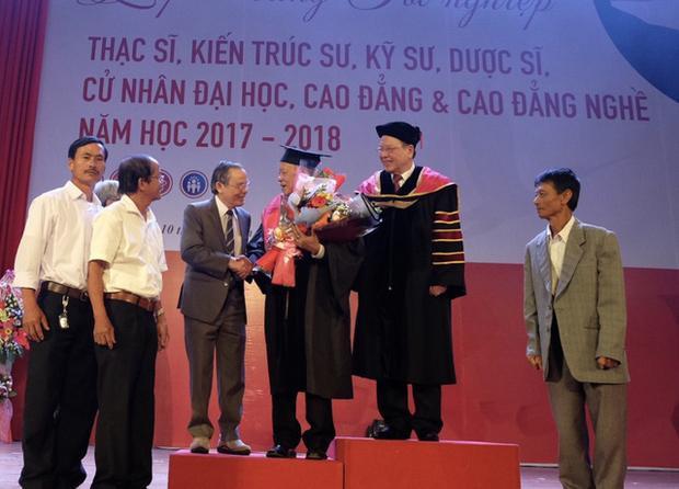 Ban Giám hiệu ĐH Duy Tân và gia đình cùng chúc mừng cụ Thiệt trong ngày vui giấc mơ hoàn thành chương trình cao học của cụ đã thành hiện thực
