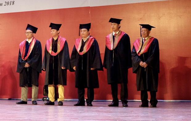 Cụ Lê Phước Thiệt (ngoài cùng bên phải) đã miệt mài đèn sách suốt ba năm qua để nỗ lực hoàn thành chương trình cao học như các học viên khác.