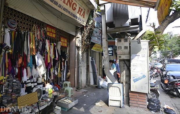 Một trạm biến áp nằm trên khu vực phố cổ Hà Nội, trạm này được người dân dùng để chứa đồ, để các vật dụng sinh hoạt.