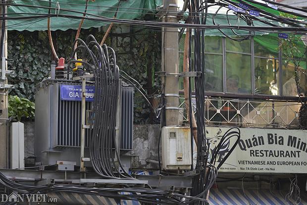 Trạm biến áp Gia Ngư 1 nằm trên phố Gia Ngư (quận Hoàn Kiếm) được người dân tận dụng treo biển quảng cáo. Phía dưới chân trạm biến áp có một hộ dân buôn bán mắm tép, phía trên nằm sát một quán bia.