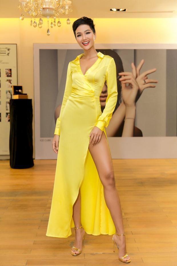 """Trước đó không lâu, chân dài Ê Đê cũng trưng diện một thiết kế sắc vàng xẻ đùi gợi cảm tại một sự kiện. Ngay lập tức cô như """"thỏi nam châm"""" dễ dàng thu hút ánh nhìn về phía mình."""