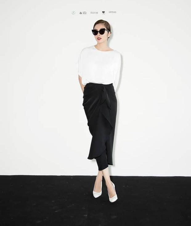 Nếu như phần chân váy mang đến cảm giác mềm mại của những đường gấp nếp lớn kết hợp phần xẻ tà vừa phải thì chiếc áo mang đến sự lạ mắt với thiết kế cánh dơi bất đối xứng. Cô kết hợp giày cao gót màu trắng trong khi đó Diễm My lại mang giày màu đen.