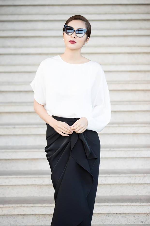 """Bộ cánh kết hợp chân váy và áo rời, đều được thực hiện theo cấu trúc bất đối xứng, mốt trang phục đặc biệt được Đỗ Mạnh Cường """"lăng xê"""" trong mùa Xuân Hè năm nay."""
