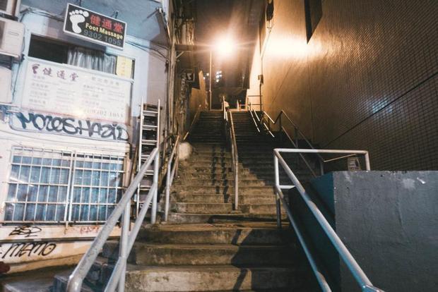 Khách sạn con nhộng SLEEEP nằm giữa Queen's Road và Gough Street - khu vực khá quanh co trong khu Sheung Wan của Hong Kong. Để đến được SLEEEP, bạn phải đi lên một cầu thang khá cao.