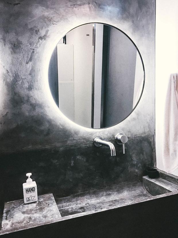 Phòng tắm chung ngăn cách với các phòng ngủ bởi một cánh cửa trượt tự động. Nhưng nó lại phát ra tiếng kêu rất lớn mỗi khi đóng mở. Việc đánh răng và mở nước cũng đủ để cả khách sạn tỉnh giấc.