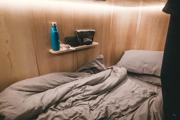 Drap giường rất tệp màu với tường, thể hiện một lối tư duy thiết kế rất tốt.