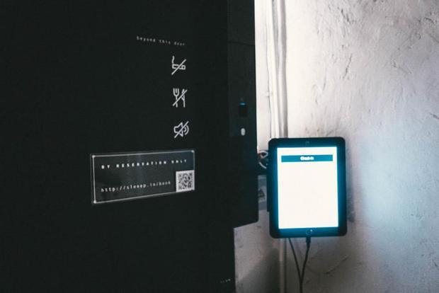 Đây là khách sạn không có tiếp tân, không chìa khóa, Bạn sẽ tự vào phòng bằng một máy tính bảng ngoài cửa.