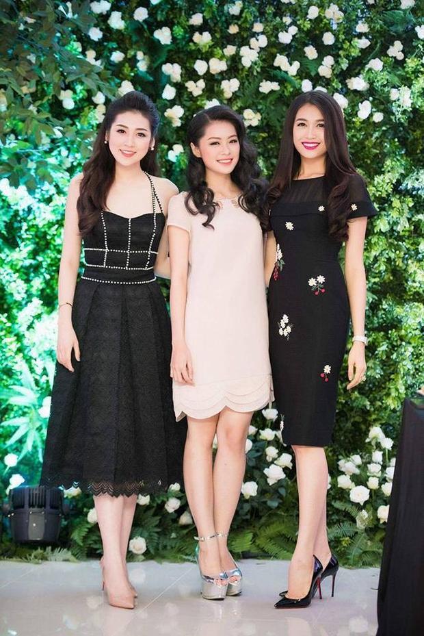 Lê Thị Thu Trang (giữa) hiện theo học năm thứ ba ngành Quản trị tài chính của Đại học Greenwich Việt Nam. Cô sở hữu chiều cao 1,65 m, cân nặng 49,5 kg cùng chỉ số ba vòng lần lượt là 82-61-90.