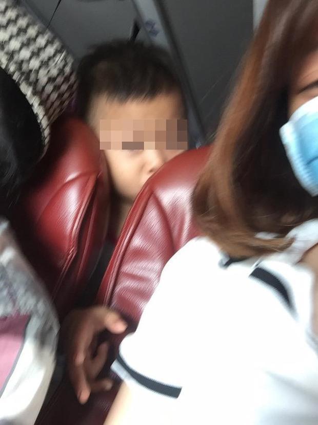 Em bé ngồi phía sau nghịch ngợm kéo tóc cô gái.