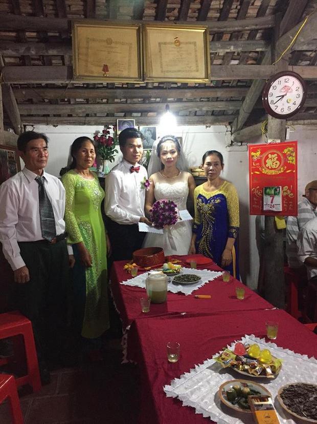 Khách mời 'lầy lội' tặng 3 bao tải thóc mừng đám cưới: Cặp đôi cô dâu chú rể tiết lộ chuyện thú vị phía sau