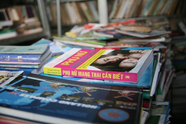 Quầy sách với hàng nghìn cuốn đầy đủ các lĩnh vực.