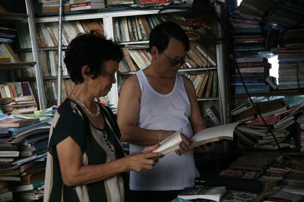 Niềm vui của bà Dung khi thấy nhiều khách thường xuyên ghé vào đọc sách báo.