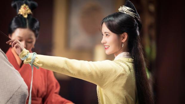 Trong phim, Vân Tịch nhờ chiếc vòng thần kỳ mẫu thân để lại mà có y thuật hơn người, bị đố kị