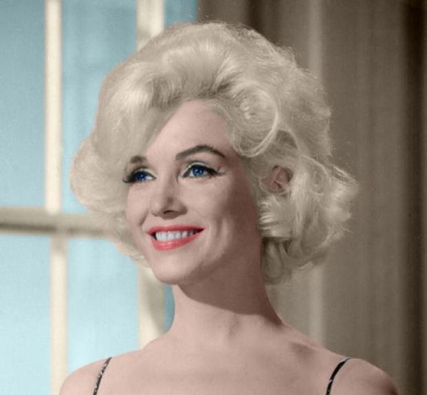 Sang những thập niên 60, phong cách trang điểm của Marilyn biến đổi hợp với thời đại, môi nhạt màu đào và phấn mắt ánh xanh.