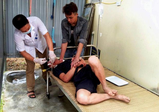 Nạn nhân đang được các bác sĩ cấp cứu.