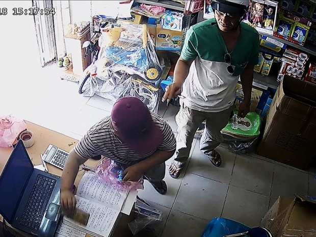 Hai cha con dàn cảnh trộm điện thoại trên đường Phổ Quang, quận Phú Nhuận. (Ảnh do chủ cửa hàng cung cấp).
