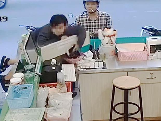 Trộm điện thoại trong đại lý vé máy bay ở quận Phú Nhuận.