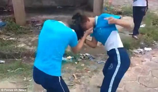 Hai nữ sinh đánh nhau dữ dội.