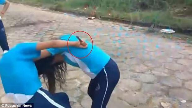 Cô gái dùng dao đâm vào người đối phương.