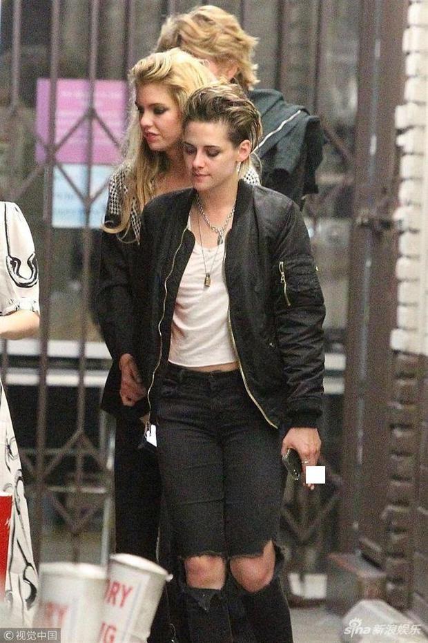 Kristen Stewart cực ngầu khi xuất hiện cùng bạn gái đồng tính trên phố
