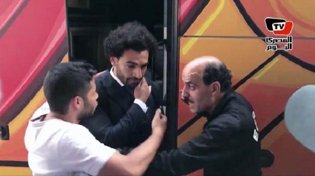 Salah phải nhờ đến sự hỗ trợ từ một nhân viên an ninh