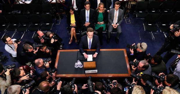 Facebook trong phiên điều trần trước Quốc hội sau lùm xùm về bảo mật thông tin người dùng.