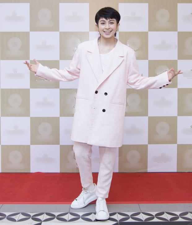 Sự xuất hiện của Gil Lê tại sự kiện khiến nhiều người chú ý. Với phong cách thời trang quen thuộc, Gil Lê đầy năng lượng và tươi tắn.