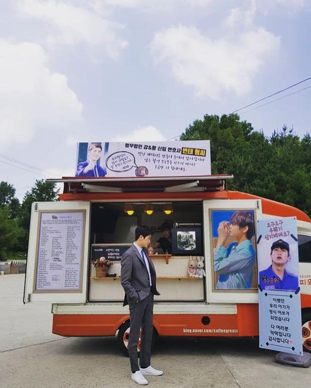 V (BTS) và Im Si Wan (ZE:A) gửi xe cà phê đến phim trường của Park Hyung Sik, Park Seo Joon bình luận gì?