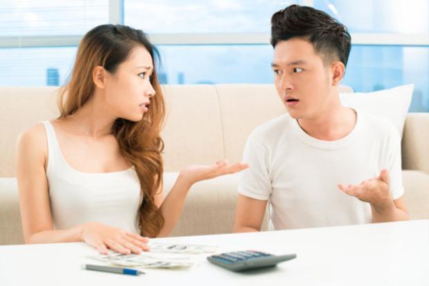 """Đi ăn, đi chơi lúc nào bạn trai cũng đòi """"cam-pu-chia"""" sòng phẳng, món quà mua cho cô thì nói là mua giùm, khi có tiền phải trả lại."""