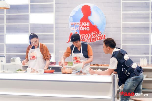 Hứa Vĩ Văn khiến nhiều người phải chú ý vì độ khéo léo, gọn gàng khi bắt tay vào bếp.