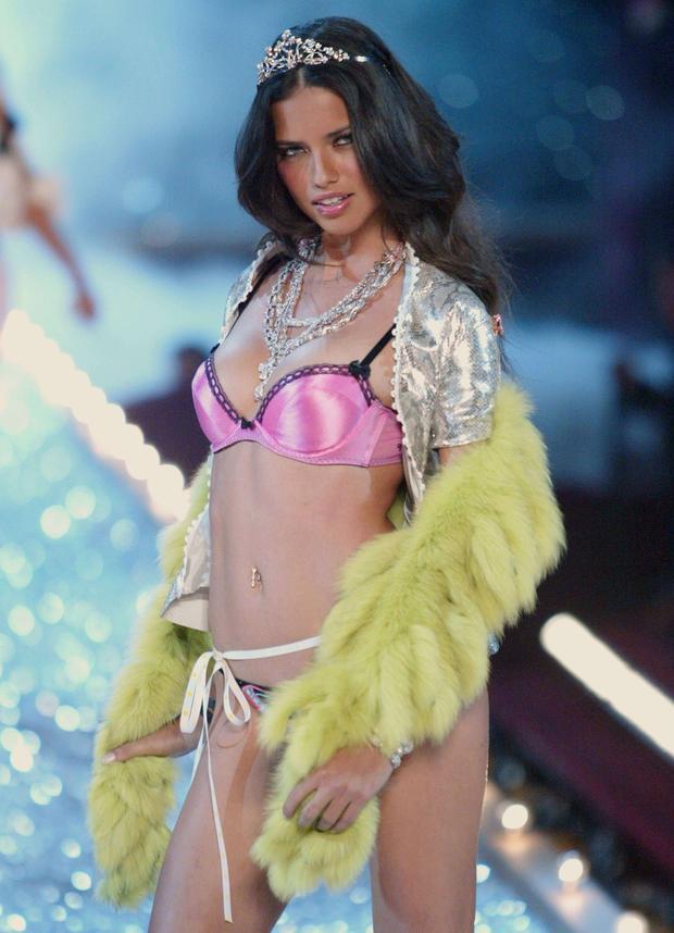Hành trình 18 năm vịt con hoá phượng hoàng của thiên thần Victorias Secret  Adriana Lima