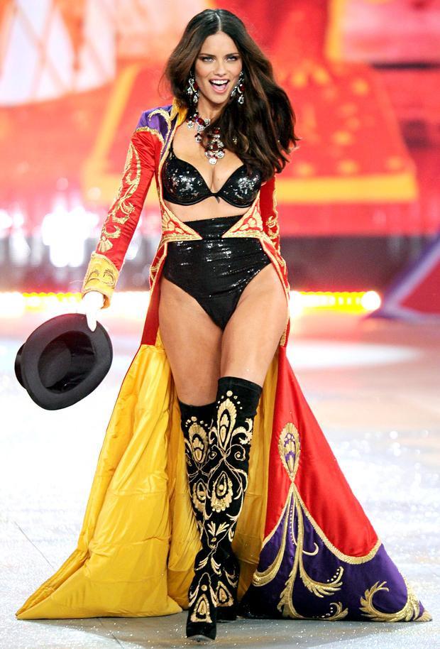 Show diễn năm 2012, Adriana biến hoá trở thành một show girl nóng bỏng của các gánh xiếc huyền thoại