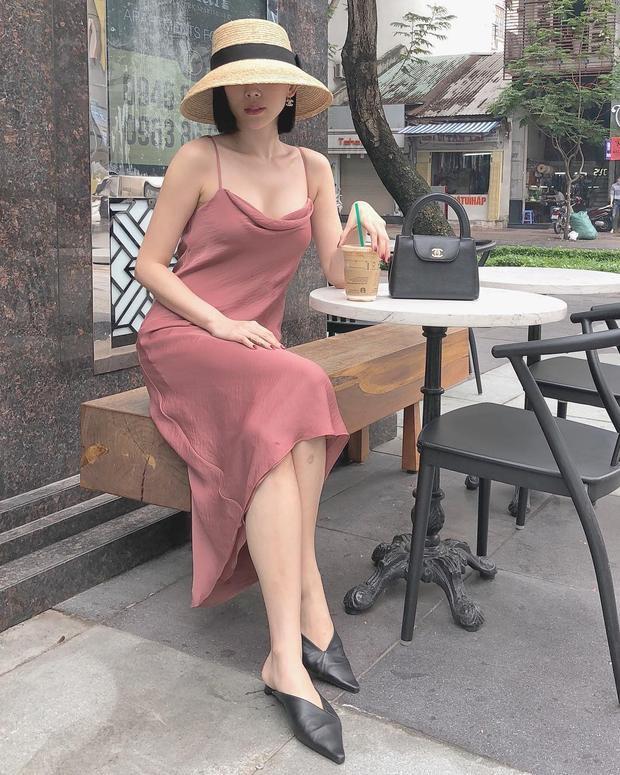 Chiếc váy slipdress ôm vừa vặn tôn trọn nét đẹp hình thể của Tóc Tiên. Cô đã khéo léo chọn màu sắc váy nổi bật cùng chiều dài ngang gối để chiếc váy trông bay bổng và không bị nhầm là đồ ngủ.