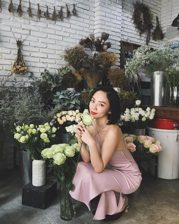 Một chiếc váy ôm khác với kiểu cổ yếm khiến Tiên khoe trọn nét đằm thắm của mình.
