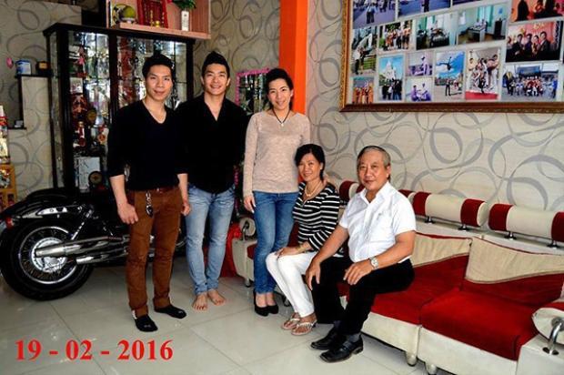 Ông Giang Kiếm Thanh (áo sơ mi trắng - pv) chụp hình kỉ niệm cùng vợ con năm 2016.