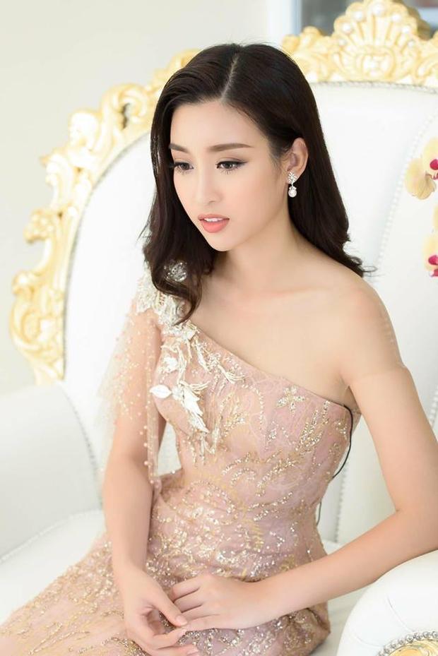Một chiếc váy đính kết lệch vai kèm theo một chút phụ kiện nhẹ nhàng khiến cho Hoa hậu họ Đỗ trẻ trung, rạng rỡ.
