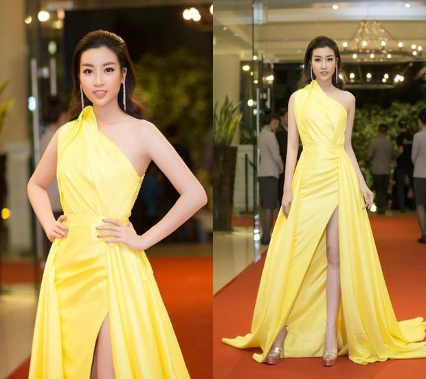 Để không bị nhàm chán, Đỗ Mỹ Linh tạo sự mới lạ trong các phom dáng cùng màu sắc ấn tượng. Chiếc váy màu vàng chanh này là một ví dụ điển hình. Thay vì chỉ có đường xẻ đùi cô kết hợp thêm phần tà khiến trang phục trở nên lộng lẫy đồng thời tạo sự khác biệt.