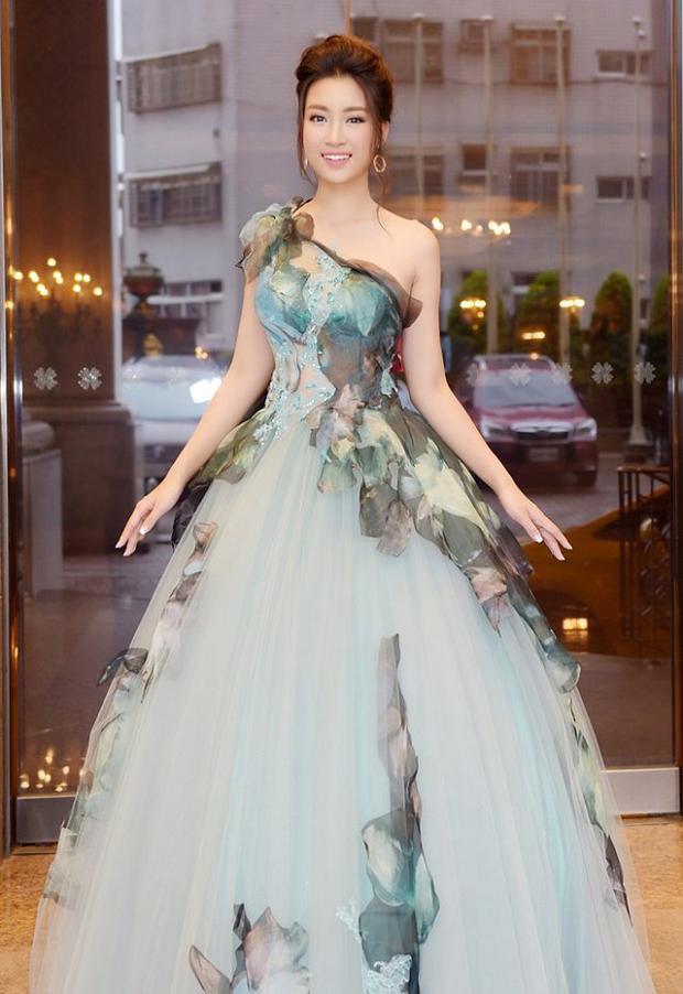 """Kiểu đầm thường được chị em gọi là """"một mất một còn"""" từng làm mưa làm gió trong thế giới thời trang cách đây cả thập kỷ. Hóa ra Đỗ Mỹ Linh là nàng hậu đã đi đầu trong việc """"lăng xê"""" mốt váy này trở lại, khiến nhiều người đẹp khác khó lòng làm ngơ."""