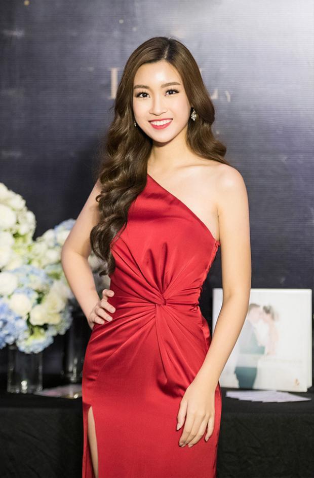 Hoa hậu đất Bắc rực rỡ với váy dạ hội đỏ thiết kế lệch vai và chít eo rất gợi cảm đi dự sự kiện tại TP HCM.