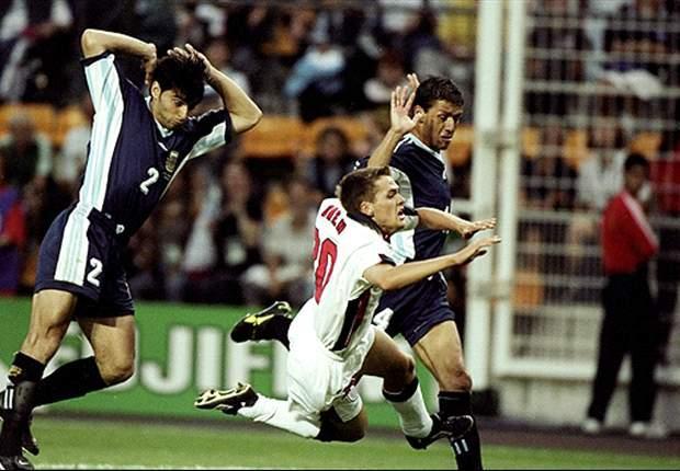 Roberto Ayala và Owen World Cup 1998.